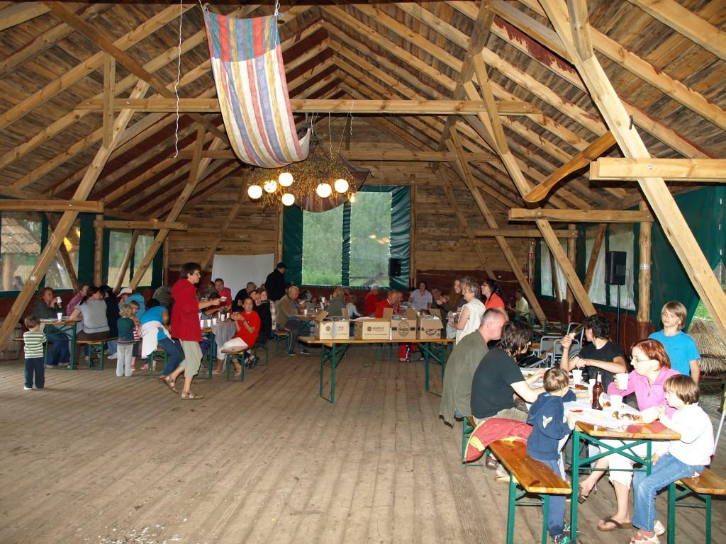 wiata zwana stodołą - widok od środka